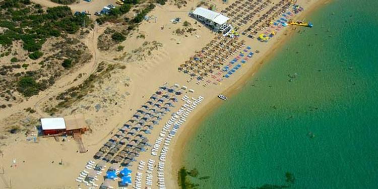Τέσσερις ελληνικές παραλίες της στεριάς σαν σε νησί2