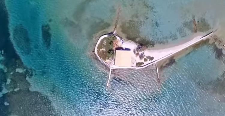 Το ελληνικό νησί που είναι όλο παραλία και έχει πάνω μόνο ένα εκκλησάκι