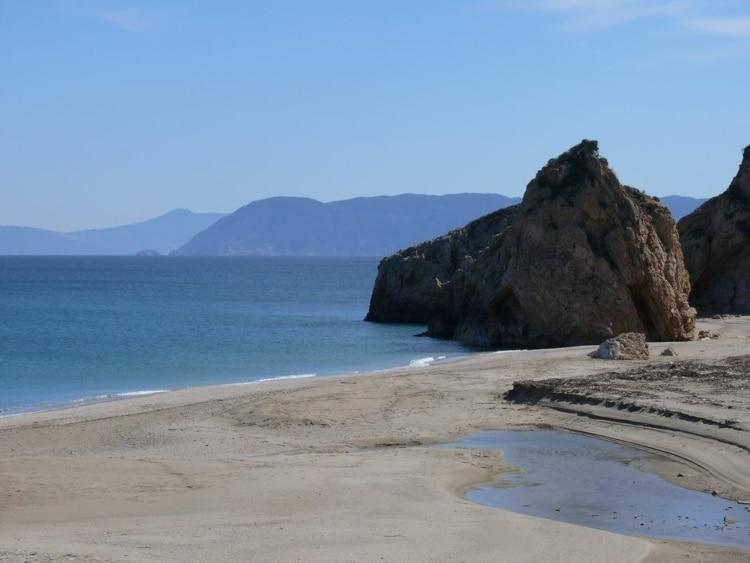 Τέσσερις ελληνικές παραλίες της στεριάς σαν σε νησί