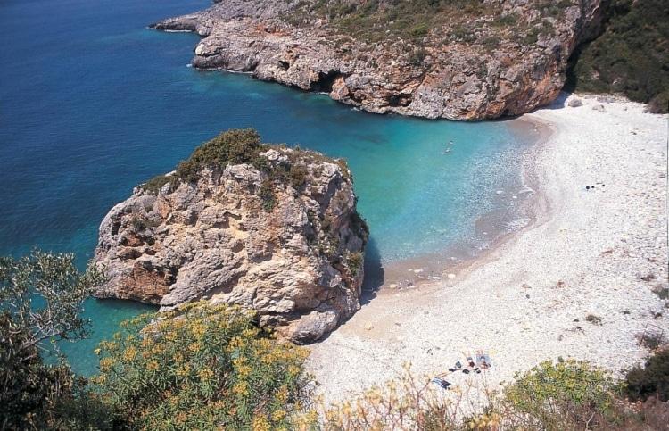 Τέσσερις ελληνικές παραλίες της στεριάς σαν σε νησί1
