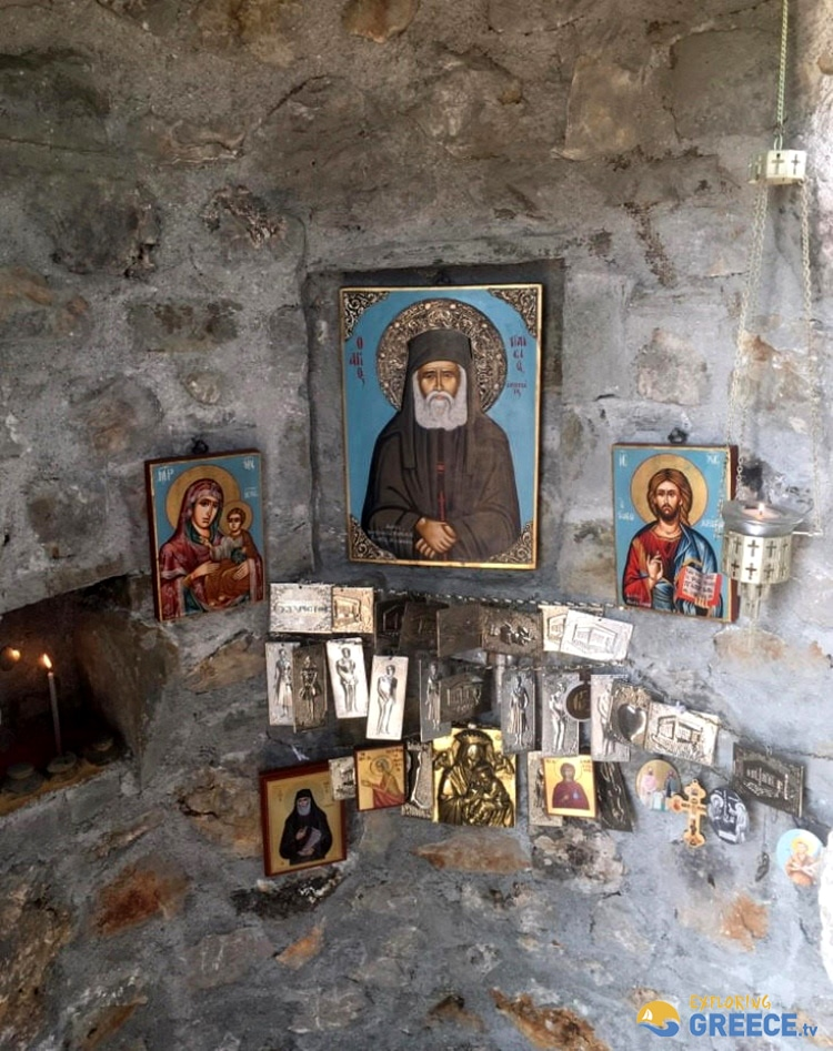 Το εκκλησάκι του Αγίου Παϊσίου που είναι θεμελιωμένο μέσα σε δέντρο 1