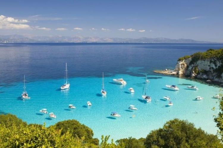 Το μικροσκοπικό νησί του Ιονίου με τα διάφανα νερά