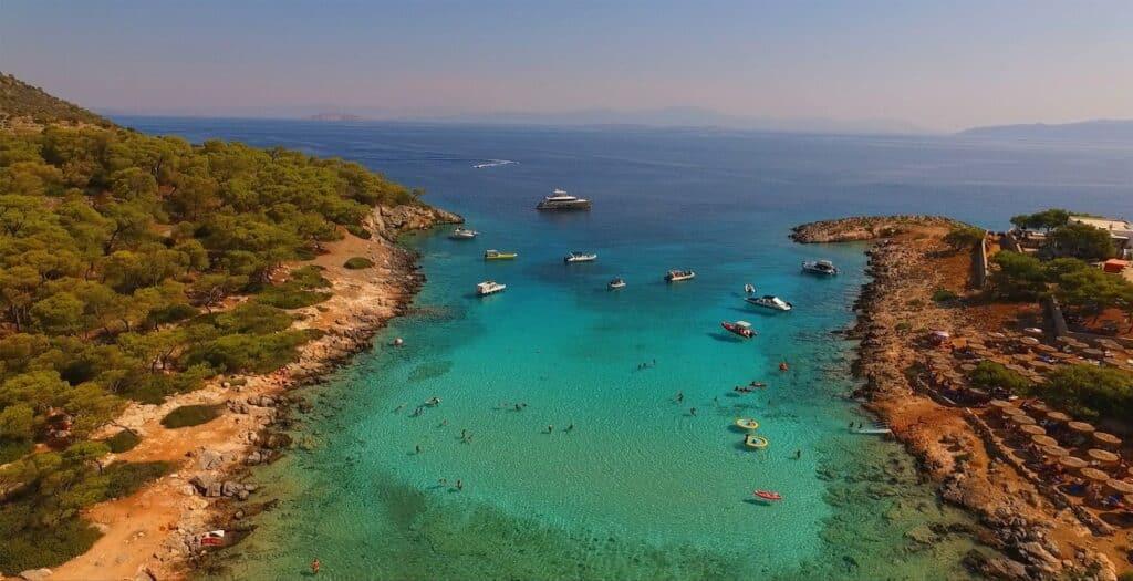 Οι δύο γαλαζοπράσινες παραλίες στο Αγκίστρι που πρέπει να κολυμπήσεις1