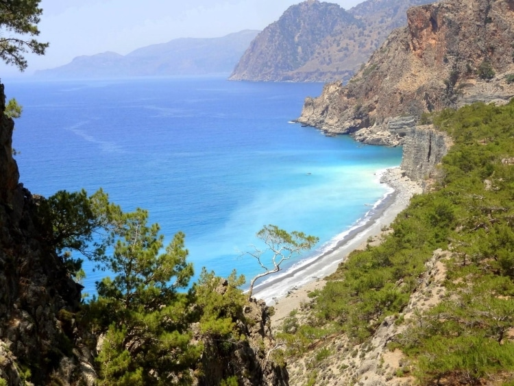 Δώματα: Η μαγευτική παραλία της Κρήτης που πας μόνο με βάρκα