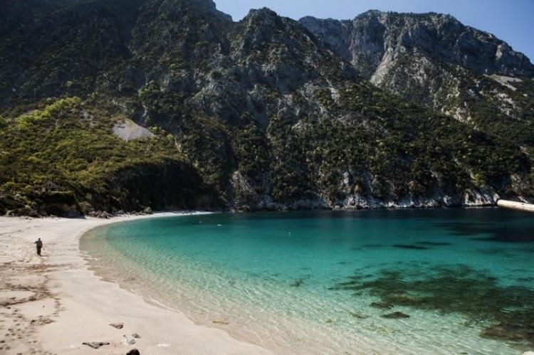 Θάψα: Η «Γαλάζια λίμνη» της Ελλάδας δίπλα στην Αθήνα