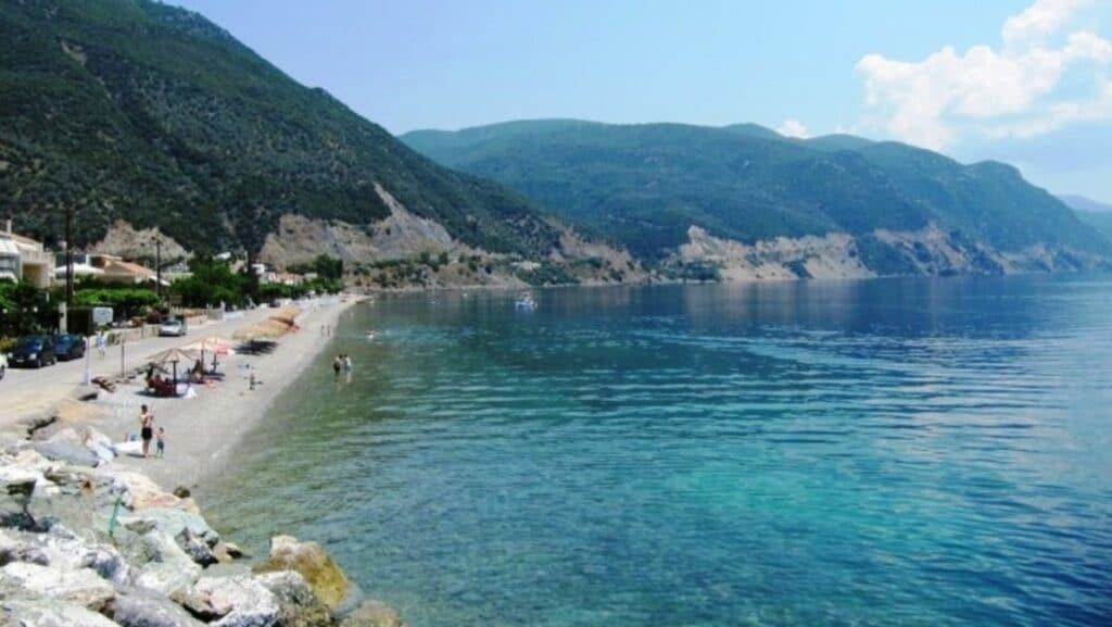Η όμορφη ελληνική παραλία που έχει μόνιμα ζεστά νερά1