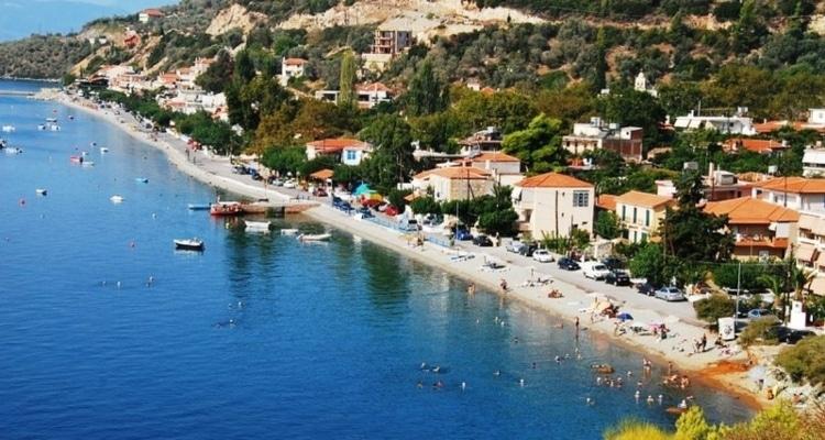Η όμορφη ελληνική παραλία που έχει μόνιμα ζεστά νερά