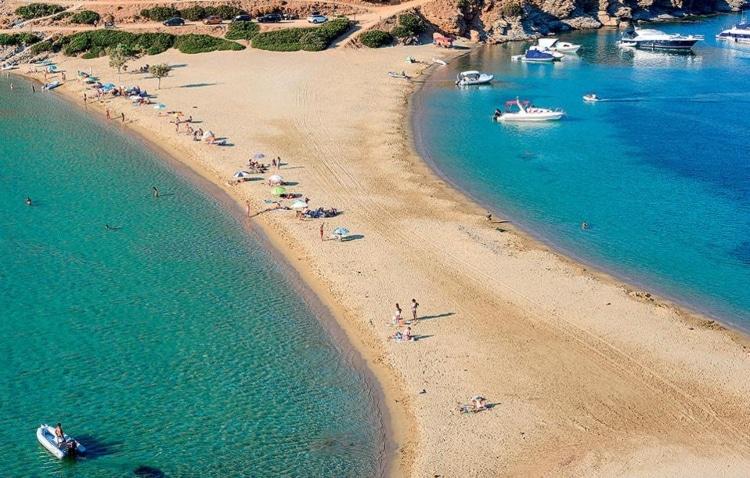 Κολώνα: Η πανέμορφη παραλία και η πρώτη έκπληξη όταν την αντικρίζεις