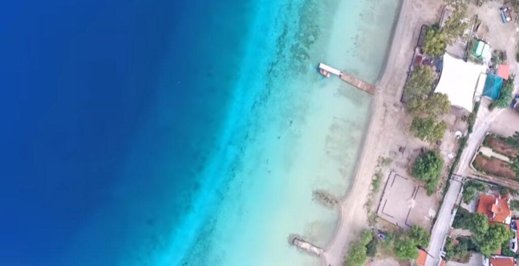 Η εξωτική Λίμνη Βουλιαγμένης με την παλίρροια και τα τιρκουάζ νερά