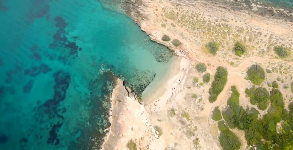 Μικρή Χαμολιά: Η κρυφή παραλία – διαμάντι στην Αττική