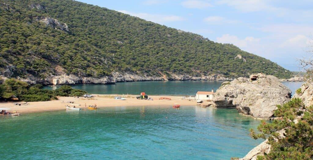 Η εξωτική παραλία που βρίσκεται μία ώρα από την Αθήνα