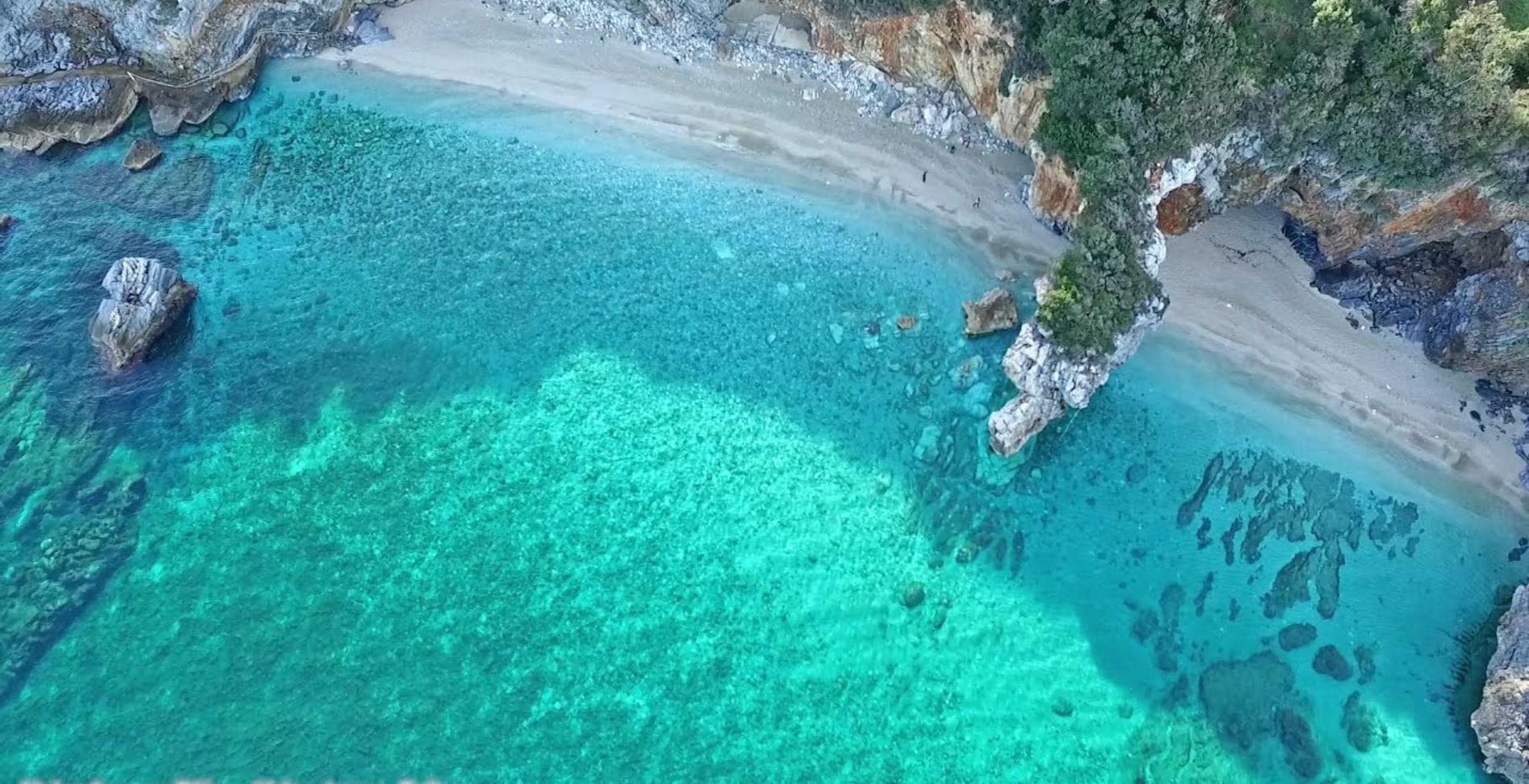 Η παραλία στο Πήλιο που τη χωρίζει στη μέση μια πέτρινη αψίδα