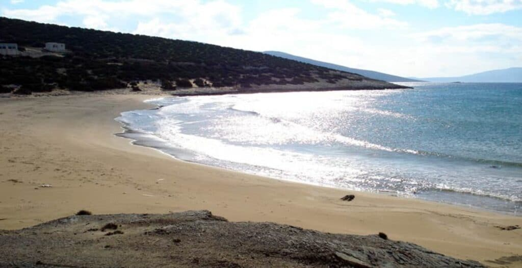 The golden beach of Pyrgaki in Naxos that leaves no one untouched2