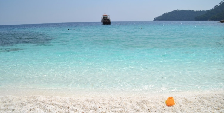 Saliara: The exotic beach with the white feature