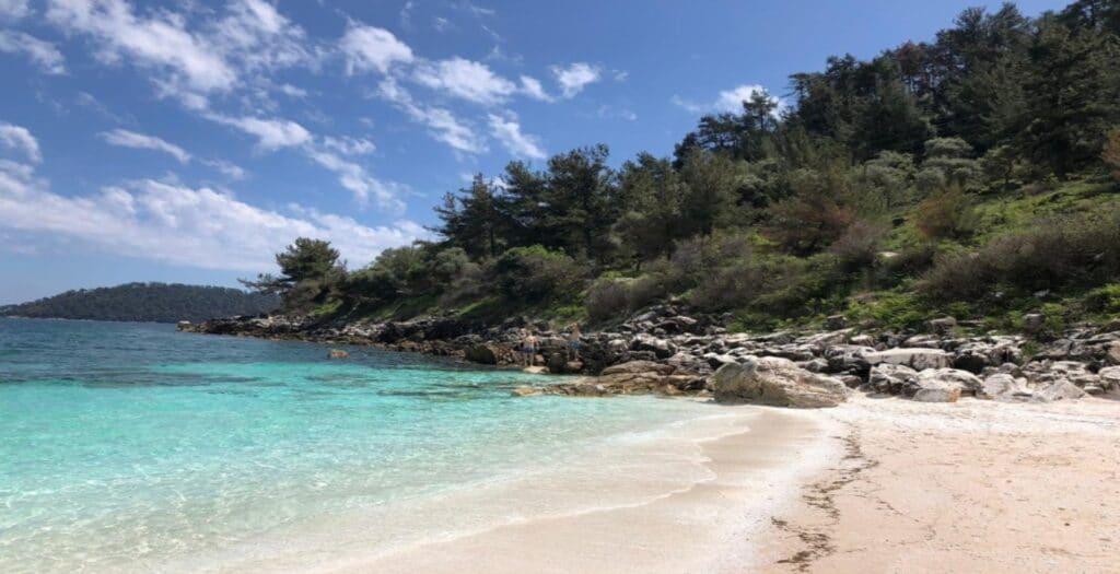 Σαλιάρα: Η εξωτική παραλία με το λευκό χαρακτηριστικό