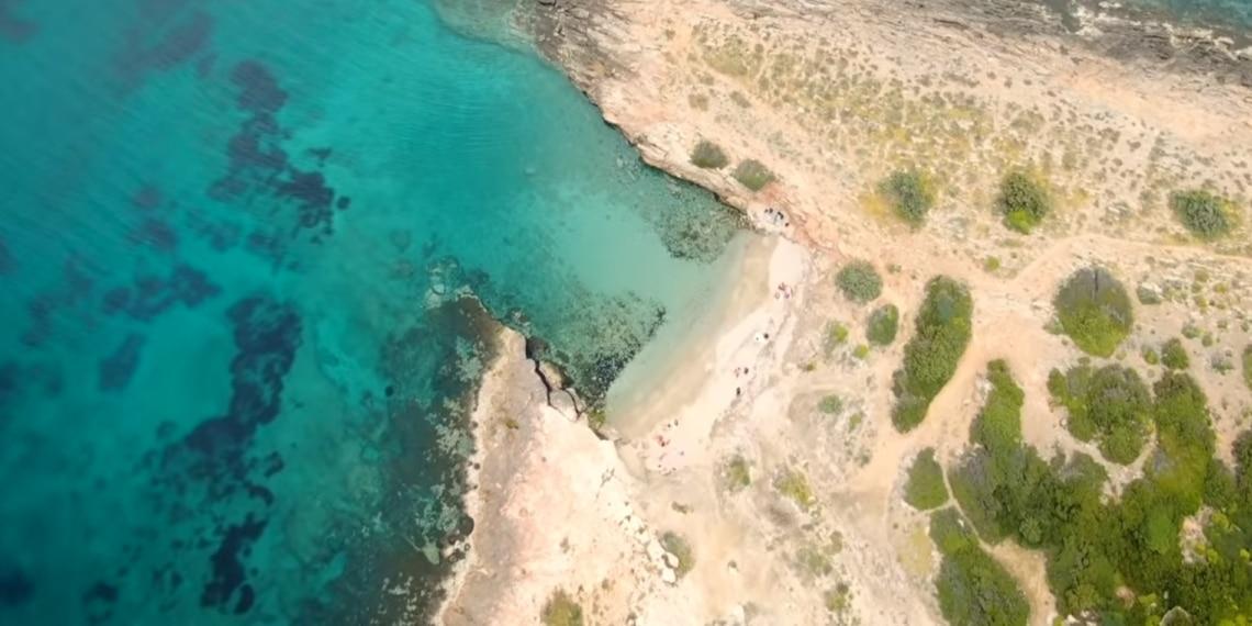 Πέντε καταγάλανες παραλίες για να κάνεις μπάνιο δίπλα στην Αθήνα