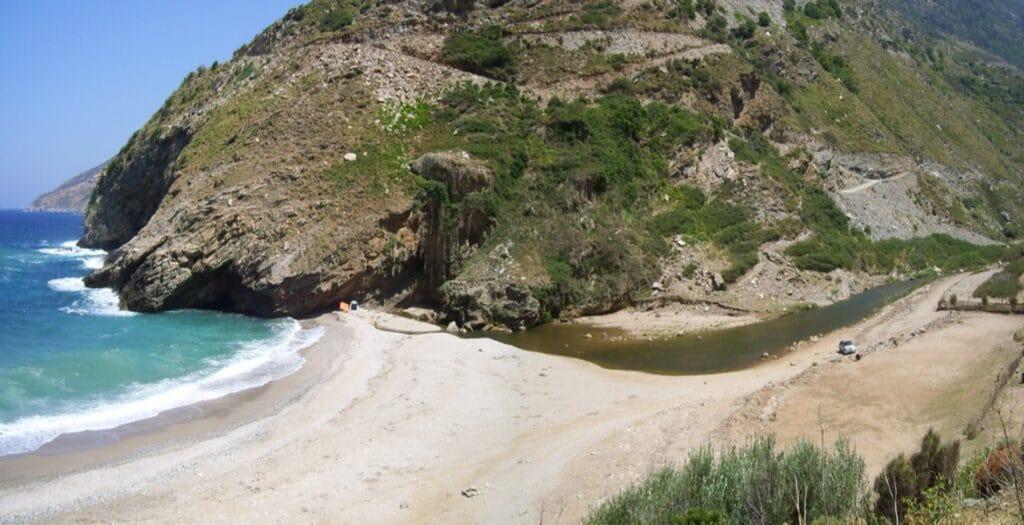Η άγνωστη και εξωτική παραλία στην Εύβοια με τη λιμνούλα1