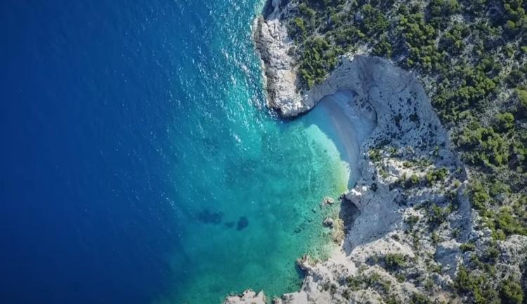 Η παραλία δίπλα στην Αθήνα που μοιάζει με το ναυάγιο της Ζακύνθου1