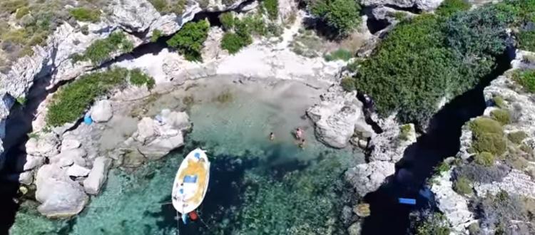 Η πριβέ παραλία με την άγρια ομορφιά και τα εξωτικά νερά
