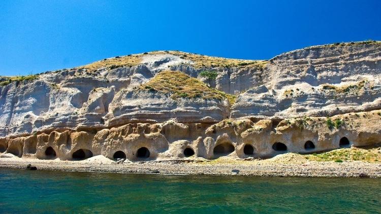 Διακοπές στο νησί ηφαίστειο της Ελλάδας – Και δεν είναι η Σαντορίνη