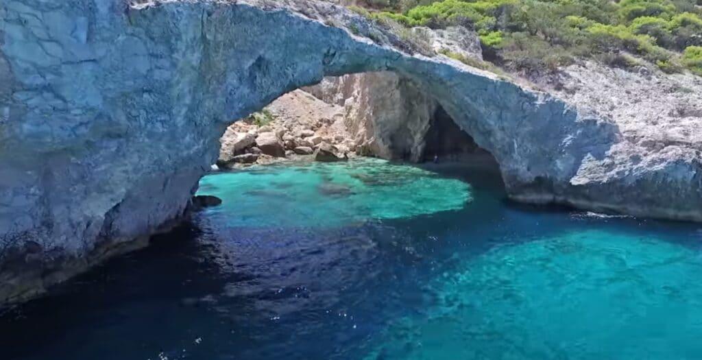 Η κρυφή παραλία στη θαλάσσια σπηλιά 1,5 ώρα μακριά από την Αθήνα