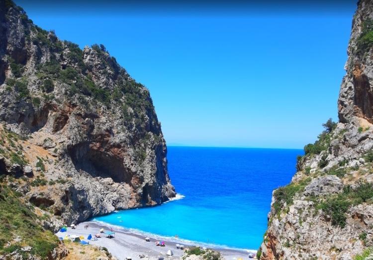 Vythouri: The beach with the rare phenomenon in Euboea1