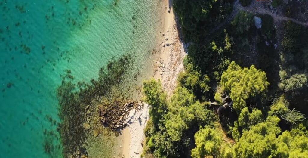 Αυτή είναι η παραλία δίπλα στην Αθήνα που είχε ερωτευτεί η Βουγιουκλάκη