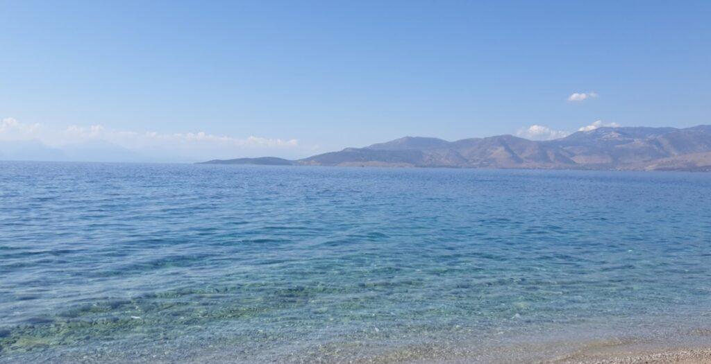 Άγιος Μηνάς: Η παραλία με τα ζεστά και κρυστάλλινα νερά κοντά στην Αττική