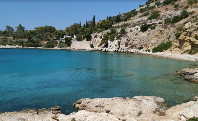 Vardaris: The hidden beach of Attica for a quiet swimming