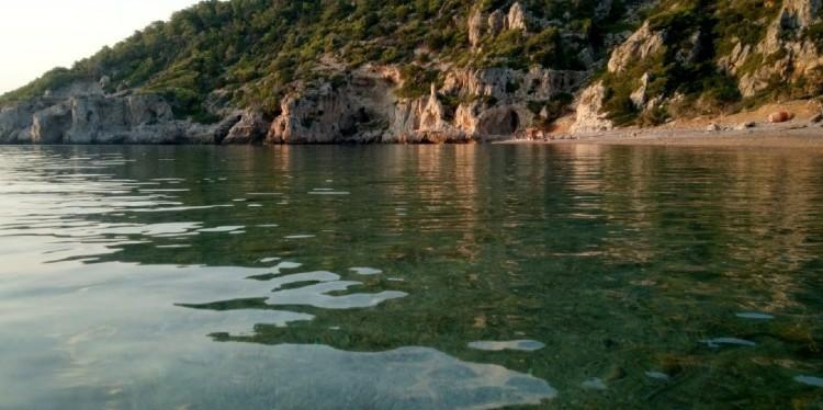 Λακαζέζα: Η ανεξερεύνητη γαλαζοπράσινη παραλία 1,5 ώρα από την Αθήνα