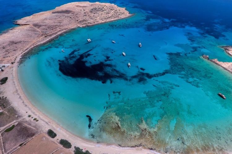 Πορί: Η παραλία που αποκαλείται και «παράδεισος» στα Κουφονήσια