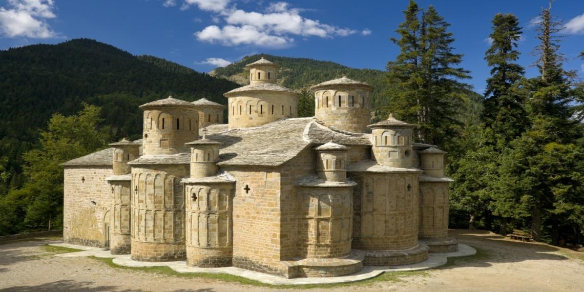 Το ελληνικό μικρό εκκλησάκι με τους πολλούς τρούλους